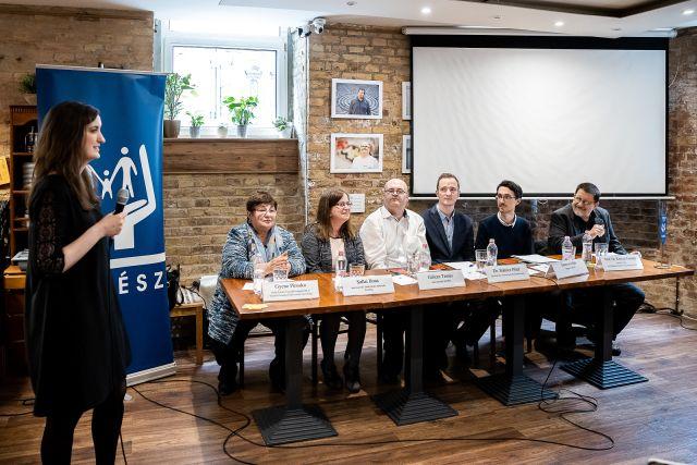 A beszélgetés résztvevői balról jobbra: Gyene Piroska, Sallai Ilona, Gilicze Tamás, Dr. Stánicz Péter, Szurovecz Illés, Dr. Könczei György / Fotó: Adrián Zoltán/ Képszerkesztőség