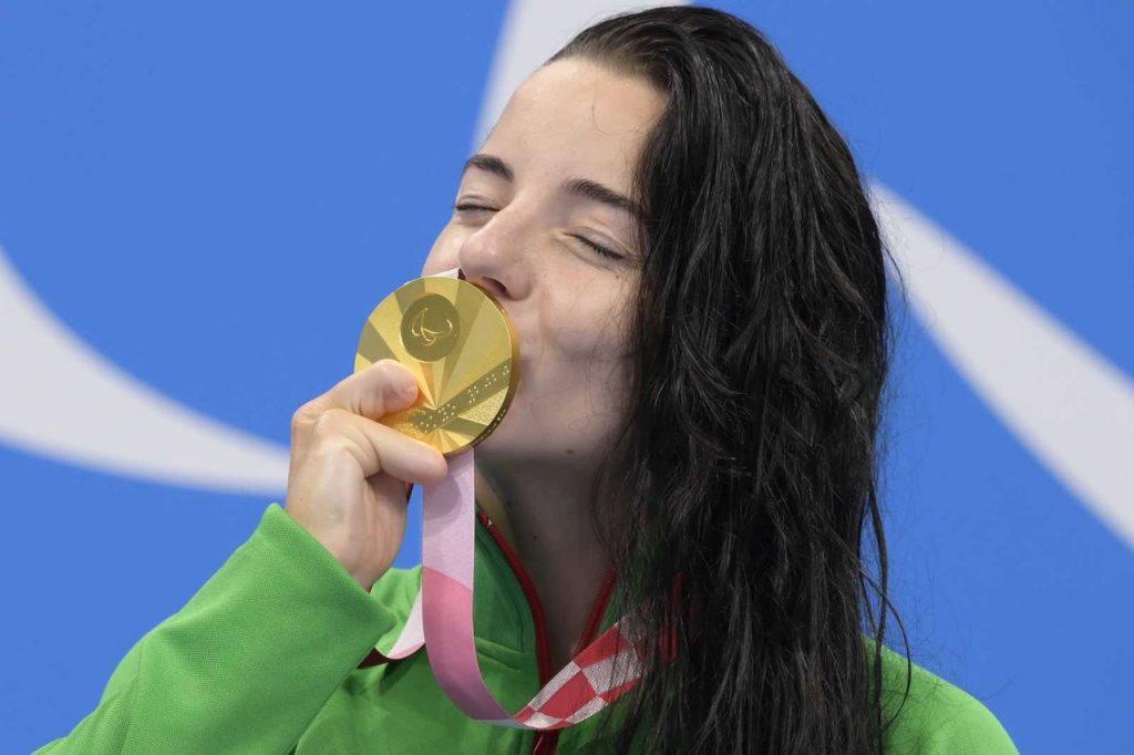 Illés Fanni a 100 méteres mellúszásban szerzett aranyéremmel. Forrás: MTI, Koszticsák Szilárd